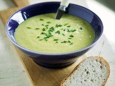 Grüne Spargelsuppe ist ein Rezept mit frischen Zutaten aus der Kategorie Cremesuppe. Probieren Sie dieses und weitere Rezepte von EAT SMARTER!