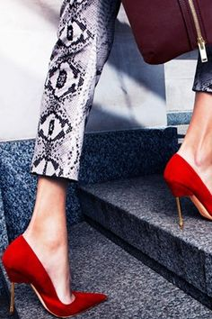 Don't be afraid of being bold in fashion. Printed pants and statement shoes are a stunning combination!
