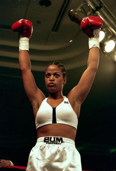 Laila ali is a retired american professional boxer and the daughter of muhammad ali. boxing is not a common sport for women to do and doesn't fix the Boxing Girl, Women Boxing, Boxing Boxing, Boxing Workout, Laila Ali Boxing, Layla Ali, Boxe Fight, Mode Converse, Female Boxers