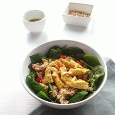 Een heerlijke frisse, lauwwarme salade voor de lunch, gemaakt met spelt couscous, spinazie en gebakken reepjes kip.