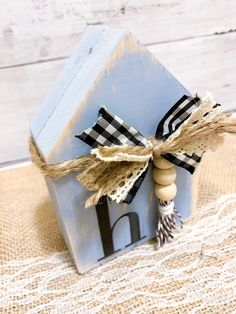 Super easy, twenty minute farmHouse decoration, using scrapwood and crafting materials you probably have laying around your house. Scrap Wood Crafts, Wood Block Crafts, Wood Craft Patterns, Scrap Wood Projects, Wooden Crafts, Craft Projects, Craft Ideas, Vinyl Projects, Wooden Decor