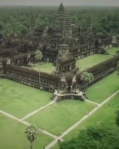 This is the Angor Wat temple complex in Cambodia - Built in the century for the Khmer Empire, it's one of the largest and oldest religious monuments in the world : Damnthatsinteresting Ancient Greek Architecture, Historical Architecture, Gothic Architecture, India Architecture, Atlantis, Places To Travel, Places To See, Angkor Wat Cambodia, Vietnam Travel