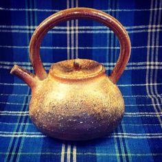ジェイムス・イラズムスさん作、手付片口。と、イラズムス千尋さんの丹波布。  #ジェイムス・イラズムス #イラズムス・千尋 #織部下北沢店 #備前 #陶器 #器 #ceramics #pottery #clay #craft #handmade #oribe #JamesErasums #ChihiroErasums