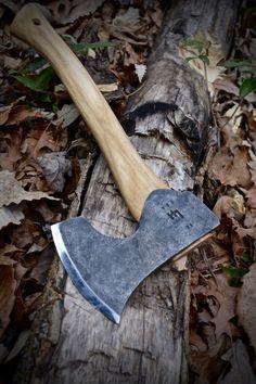 Hoffman Blacksmithing - mighty fine looking axe. Forging Knives, Blacksmithing Knives, Swords And Daggers, Knives And Swords, Bushcraft Axe, Axe Sheath, Throwing Axe, Hand Axe, Beil