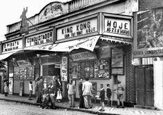 A piazada vai chegando para a matinê no Cine Curitiba, em 1950. A sessão começa à uma hora da tarde e ia até as seis, abaixo de gritaria e bateção de pés (Crédito: Acervo Cid Destefani)
