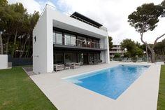 #Casas #Moderno #Exterior #Piscina #Sillas #Mesas de centro #Tumbona #Puertas #Fachada #Vidrio #Barandillas #Sofas #Arboles #Ventanas