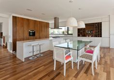 Image 4 of 24 from gallery of MC House / VismaraCorsi Arquitectos. Courtesy of VismaraCorsi Arquitectos Bungalow Haus Design, House Design, Dining Room Design, Interior Design Kitchen, Wooden Floor Texture, Wood Floor, Dining Corner, Dining Area, Barn Kitchen