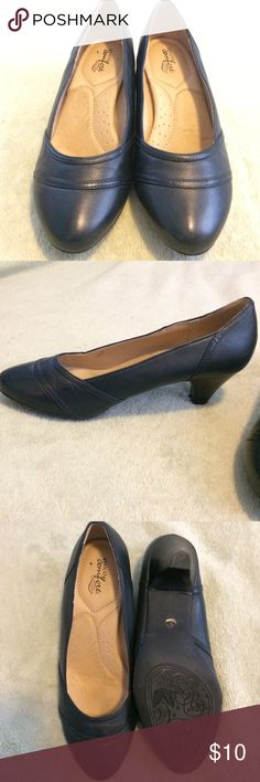 Strictly comfort black shoes with kitten heel ** please note these have a narrow toe ** They are a size 8.5, but may best fit a size 8 or 8.5 narrow Shoes Heels