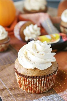 Pumpkin Kahlua Cupcakes - Sweet and easy pumpkin cupcakes topped with a whipped Kahlua frosting! Fall Desserts, Just Desserts, Delicious Desserts, Yummy Food, Kahlua Cupcakes, Yummy Cupcakes, Kahlua Cake, Gourmet Cupcakes, Cupcake Recipes