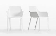 Christophe Pillet ha sviluppato per Kristalia una sedia con braccioli in plastica adatta sia per l'uso interno che esterno.