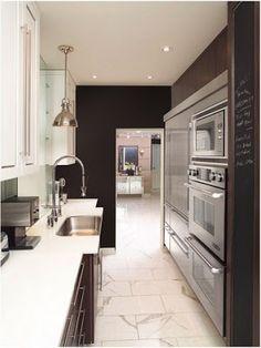Cocina en madera de roble lacada en blanca y encimera de - Cocinas rectangulares pequenas ...