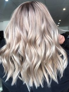 """""""Champagne Bronde"""" Blends Summer and Fall Hair-Color Trends 