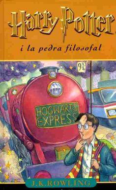 Aquets llibre es el primer dels 7 que hi han. Tracta vasicament d'un mon en la màgia prenomina i els mags viuen aventures, però clar tot en secret ja que els muggles /gent no màgica) no els pot descubrir. El Harry Potter es el protagonista i viu aventures a l'escola de màgia de Hogwarts
