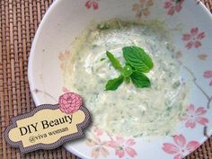 Mint leaves face mask to cleanse pores & blackheads.