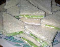 recette ~ Mini sandwichs au concombre ~ Mini Sandwiches, Fresh Rolls, Buffet, Tacos, Club, Ethnic Recipes, Cucumber Sandwiches, Tin Loaf, Queso Blanco