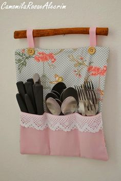 CamomilaRosa e Alecrim: Porta talheres de parede com PAP ChamomilePink und Rosmarin: Wandbesteckhalter mit PAP Sewing Projects For Kids, Sewing Crafts, Craft Projects, Sewing Diy, Diy And Crafts, Arts And Crafts, Diy Kitchen, Kitchen Ideas, Handicraft