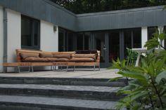 Robuuste loungebank van douglas voor in de tuin   Houtkwadraat Outdoor Sofa, Outdoor Living, Outdoor Furniture Sets, Outdoor Decor, Corner Sofa, Patio, Architecture, Plants, Home Decor