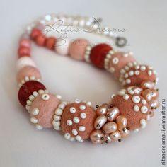Войлочные бусы с жемчугом и розовым кораллом (жемчуг, коралл, опал). Handmade.