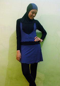 Kode: BRMD201401, Harga: IDR 185.000. Baju renang muslimah dewasa berwarna dasar hitam kombinasi warna biru dongker dengan motif polkadot. Model baju dan celana renang terpisah, dilengkapi jilbab. Resleting disisipkan di depan baju untuk memudahkan pemakaian. Bahan baju renang adalah Spandex-Lycra yang sangat nyaman dipakai.