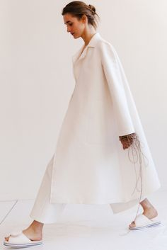 Ports 1961 Resort 2016 Fashion Show Collection: See the complete Ports 1961 Resort 2016 collection. Look 1 Minimal Fashion, White Fashion, Look Fashion, Fashion Show, Fashion Design, White Outfits, Mantel, Ideias Fashion, Ready To Wear