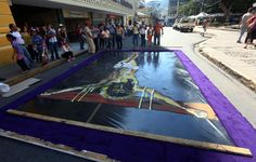 Ayer, muchas familias en toda Honduras comenzaban la elaboración de alfombras.