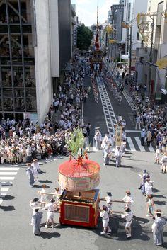 山鉾巡行には順番があるので、出番待ち。 祇園祭 京都 kyoto gion festival Nara, Travel Around, Kyoto, Times Square, Dolores Park, Street View, Events, Japanese, Monuments