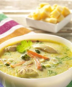 Groenteroomsoep met kippenreepjes Dutch Recipes, Soup Recipes, Healthy Recipes, Belgian Food, Good Food, Yummy Food, Bowl Of Soup, Recipe Details, I Foods