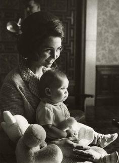 carolathhabsburg:  Princess (now Queen) Sofia of Spain with her eldest daughter Infanta Elena, 1964
