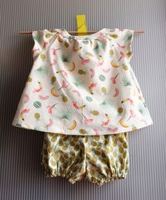 Couture pour bébé, ensemble bloomer et blouse / patron gratuit - Couture Bb, Couture Sewing, Trendy Baby Clothes, Diy Clothes, Baby Set, Sewing Online, Crochet For Boys, Baby Sewing, Baby Dress