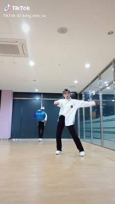 Dance Workout Videos, Dance Choreography Videos, Dance Videos, Cool Dance Moves, Dance Tips, Korean K Pop, Cute Korean Boys, Bts Memes Hilarious, Videos Funny