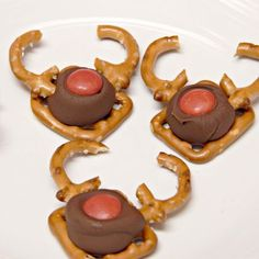 So easy, kind can make these Reindeer Pretzel Snacks.