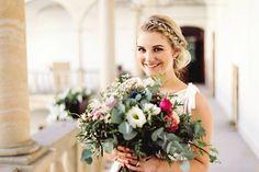 Katka :) @kviti_z_lesa @martina_styling @malovanyobrazek #wedding #czechstyle #bohowedding #naturewedding #weddingdress #weddingflower #svatebnifotograf #svatebnikytice #svatebnisaty #bridal #bride