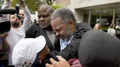 USKYLDIG DØMT: Anthony Ray Hinton (i midten) slapp ut av fengselet i Birmingham i Alabama etter å ha sittet fengslet i 30 år. Foto: EPA/BOB FARLEY