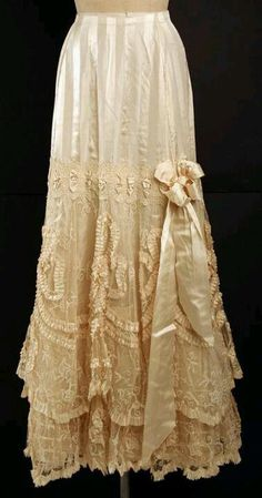 How exquisite is this petticoat? beauty costume edwardian fashion la belle epoque lace petticoat 1905 How exquisite is this petticoat? Antique Lace, Vintage Lace, Vintage Dresses, Vintage Outfits, Vintage Skirt, Floral Dresses, Tea Dresses, Lace Dresses, Vintage Diamond