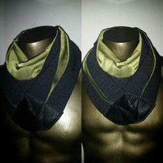 Sciarpa uomo doubleface grigio/verde in lana, seta e viscosa, con chiusura in pelle etica con calamita.
