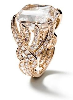 Atrápame anillo de oro rosa de 18 quilates.  La piedra principal es un monstruo rosado-marrón 20ct por Eva