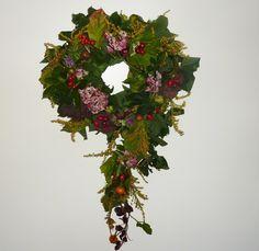Gyümölcs- és levélkoszorú Christmas Wreaths, Floral Wreath, Holiday Decor, Home Decor, Floral Crown, Decoration Home, Room Decor, Home Interior Design, Flower Crowns