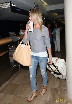 Cameron Diaz Leaves L. After Teen Choice Awards: Photo Cameron Diaz shields her eyes with her boarding pass as she goes through security at LAX Airport on Sunday night (August in Los Angeles. Summer Airplane Outfit, Airplane Outfits, Cameron Diaz Style, Cameron Diaz Hair, Winter Travel Outfit, Air Travel Outfits, Casual Outfits, Cute Outfits, Tips Belleza