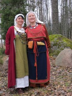 The green apron dress appears to be open on the side. Viking Garb, Viking Reenactment, Norse Clothing, Medieval Clothing, Historical Women, Historical Photos, Nordic Vikings, Green Apron, Viking Woman