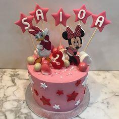 Tarta buttercream Minnie y Daisy con estrellas. Minnie Y Daisy, Daisy Cakes, Birthday Cake, Desserts, Food, One Year Birthday, Stars, Pies, Sweets