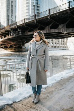Winter still keeps you look stylish with warmer outfits. Both formal or informal winter outfits have their valueable point for you to look edgy this season. Caban Bleu Marine, Minimalist Winter Outfit, Navy Pea Coat, Pull Gris, Jeans Boyfriend, Cozy Winter Outfits, Stylish Coat, Striped Midi Dress, Wrap Coat