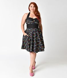Ashley's loves her pennants, gals! This 1950s style plus size swing dress is pure retro perfection. Patterned in a cheerful multicolor triangle wimpel print on a classic black, this vintage style halter number is crafted in light cotton. The adjustable ties around the neck combine with a notched collar and faux button detail across the sweetheart bodice, while a banded natural waist cinches you in to create a coveted 1950s hour glass shape. The full circle swing skirt boasts hidden side…