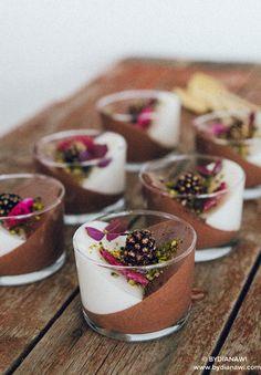 Opskrift på en nem dessert med mørk og hvid chokolade yoghurtmousse, anrettet i portionsglas. Den er sund og man kan roligt nyde dobbelt portion af den.