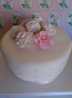 Tarta Dw chocolate, decorada en fondant y flores de pasta de flores.