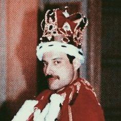 ‧₊˚❀ 𝐁𝐎𝐇𝐄𝐌𝐈𝐀𝐍 𝐑𝐇𝐀𝐏𝐒𝐎𝐃𝐘⠀layouts. Queen Meme, Queen Aesthetic, Queen Freddie Mercury, Queen Band, John Deacon, Killer Queen, Save The Queen, Emo Bands, Vintage Music