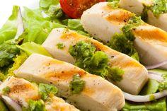 Pollo griego. Ingredientes:  60 ml (1/4 de taza) de aceite de oliva 2 dientes de ajo picados 1 cucharada de romero fresco picado 1 cucharada de tomillo fresco picado 1 cucharada de orégano fresco picado El jugo de 2 limones 1 pechuga de pollo partida en 4 piezas (120 g cada una aproximadamente)  Preparación: https://scontent-b-sjc.xx.fbcdn.net/hphotos-prn1/l/t1/61528_573636006059268_1790935547_n.jpg