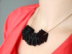 Ritagli di pelle per creare una collana semplice ma perfetta per ogni outfit!