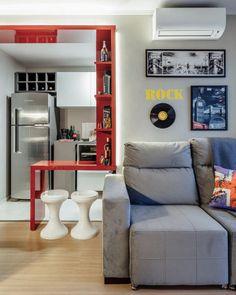Com uma paleta em que o vermelho contrasta com o branco luxuoso que toma conta do apartamento, este espaço é projetado pelas arquitetas Fernanda Fleck e Larissa Bassi. A sala tem 12 m² e banheiros com 2,30 m². Localizado em Porto Alegre.