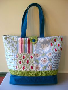 Charm pack tote bag tutorial ... http://mypatchwork.wordpress.com/2011/05/02/tote-bag-tutorial/