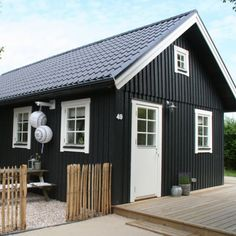 Love that midnight blue, or even black. Would have preferred the same trim too. Modern House Ideas F Dark House, My House, Houses Architecture, Black House Exterior, Wooden House, Scandinavian Home, Little Houses, House Painting, House Colors